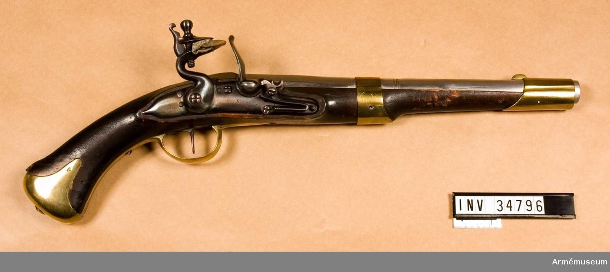 """Grupp E III. Längd med påsatt löskolv 72 cm. Nominal kal:16 mm, verklig:16,35. Förändring omkring 1807 från pistol m/1716. Åtminstone pipan är gjord i Örebro, men förändringen i Norrtälje. Stock, beslag och löskolv enligt m/1807 (se AM 1932:4779). Pipan har åttkantigt, framtill sextonkanigt kammarstycke. Detta avslutas framtill av ett par insvarvade ränder och 3 cm längre fram går åter ett par dylika runt det runda långa fältet. Ett rätt högt, bågformigt mässingskorn sitter 4,3 cm bakom mynningen. På svansskruvstjärten är ett gropsikte infilat. Kammarstycket är märkt med krönt N T (Norrtälje), en kronstämpel, inslaget Ö och en stämpel med L S. Pipan är brungjord. Låset är ett vanligt m/1716, som försetts med studel, vars kantiga form liknar motsvarande del på pistollåset m/1807. På bleckets utsida en stämpel med I D. Hela låset är blånat. På insidan siffran 2. Stocken är svart och av björk. Till höger om varbygelns främre arm stockmakarestämpel med A S. Ovanför sidblecket är numret 16 inslaget. Låsutskärningen är framtill något för bred för låsblecket. Beslagen är av mässing. På kolvkappans högra flik stämpel med monogram av A L. På varbygelns bakre arm samma stämpel och dessutom en kronstämpel. På sidblecket inslaget G S. Anslagsjärnet är blånat och lika det på AM 1932:4779.   Pistolen ingick i Modellsalens reversal bland """"pistoler, svenska, med flintlås, förändringsmodell till löst anslag från 1716 års. st 2"""". I 1813 års inventarium över Beväringskammaren upptags en pistol, 1716 års, förändrad till 1806 års, med anslagI Artillerimuseum kallades vapnet 1879 """"pistol med flintlås och löst anslag; förändringsmodell omkring 1808 från 1716 års modell"""". År 1888 ändrades benämningen till """"pistol med flintlås, förändring från m/1716, därtill löskolv"""". I 1888 års tryckta katalog (sid 278 not)? anmärkes, att ändringar av dessa pistoler skedde åren 1807-1808.  Samhörande nr är 34796-7, pistol, löskolv."""