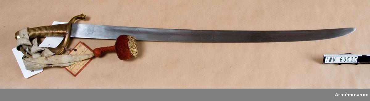 Grupp D II.  1820-tal. Klingans bredd upptill är 33 mm. Den är äldre än huggaren i  övrigt.Klingan är eneggad, svagt krönt samt skålslipad.  Överst på klingans bägge sidor finns Paul I:s krönta namnchiffer samt  till största delen bortslipat årtal.  Fästet är av brons i ett stycke, gjutet och utformat till parerstång, handbygel, kavel, ryggbeslag och knapp. Det saknar stämpel och märkning.