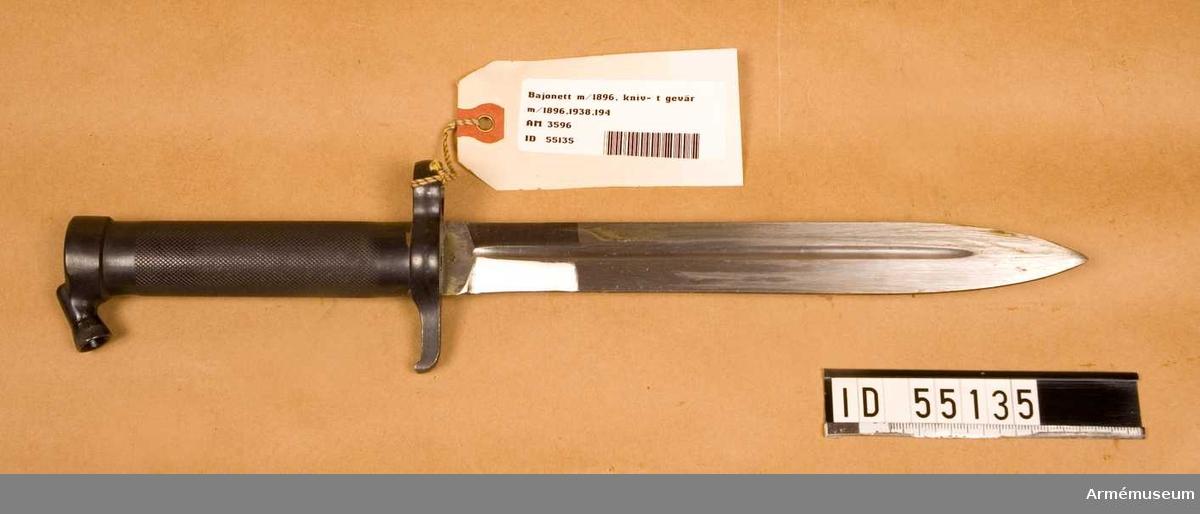Knivbajonett m/1896 till gevär m/1896,1938 och automatgevär m/1942. Helt tillverkad av stål med rörformigt lättrat grepp med konisk låsknapp och pipring. Rak, eneggad klinga med smal blodskåra på båda sidor samt balja av stål. Klingans bredd vid fästet: 25 mm. Pipringens id: 15,5 mm ,vikt: 120 gr, tillv.nr: 856.