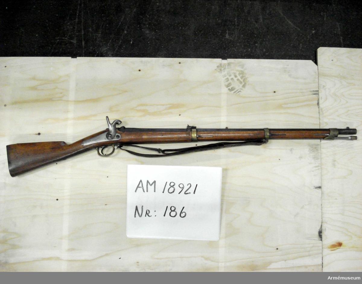 Grupp: E II.  Försedd med original vapenrem. Tändhattsnippel saknas.  Samhörande: bajonett.