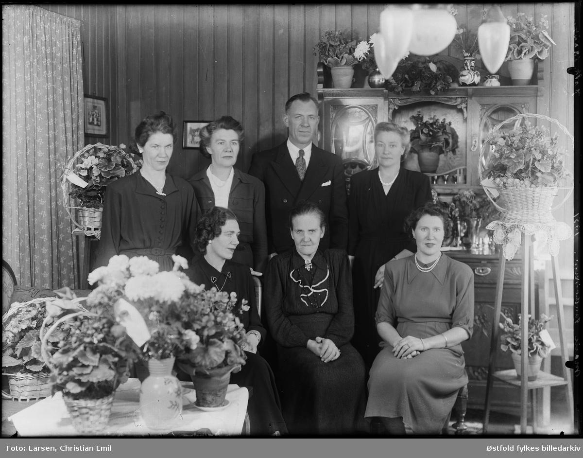 Bursdagsfeiring 1951,  kvinnen foran i midten er Torine Marie Sandviken, fra Ingedal i Skjeberg. Antakelig på hennes 75-årsdag.Marie Sandviken og Johanne M. Skjønhaug lengst til venstre, med hennes søsken.  Øverst - første rekke til venstre er: 1. Johanne Margrethe Sandviken  (ble gift Skjønhaug) 1910-1994 2.  Anne Sandviken (ble gift Martinsen) 3. Andreas Sandviken 4. Oliane Sandviken (ble gift Solheim) (Med båtmann Asbjørn Solheim i Kvastebyen)  Nederst, andre rekke fra venstre er: 1. Mayen Sandviken (gift Normann) 2. Marie Sandviken  3. Ragnhild Sandviken  (gift Martinsen)(bror til mannen til Anne)