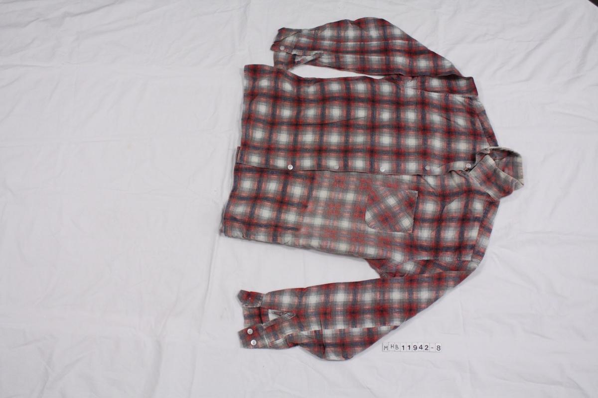 Flanelsskjorte. Rutemønster i rødt, blått og hvitt. plastknapper.