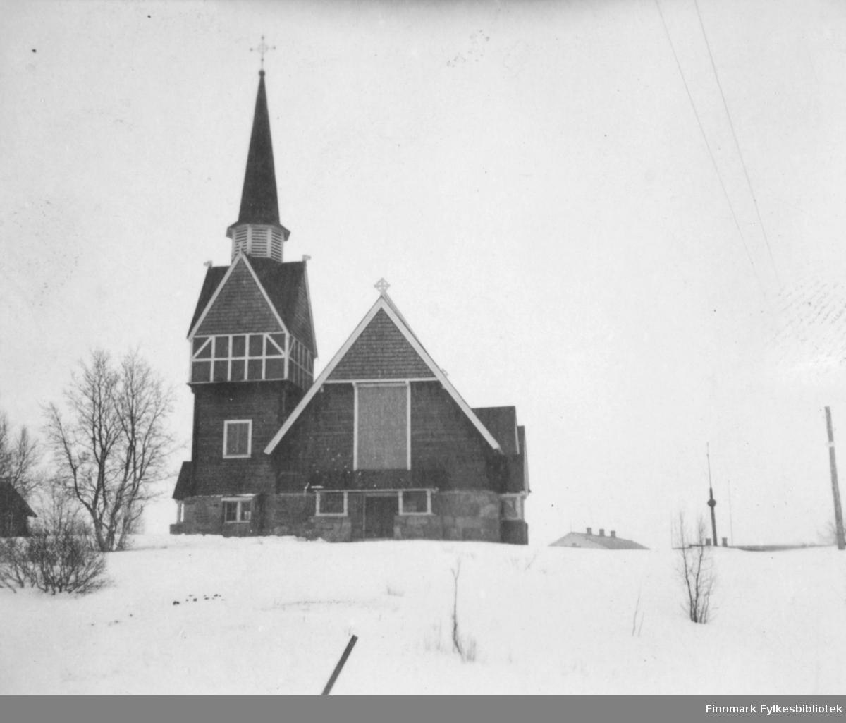 Karesuando kirke fotografert på vinter i Karesuando, Sverige ( bildet kan også vare tatt på finsk side av elvaen?). Bildet er et stereobilde.          .
