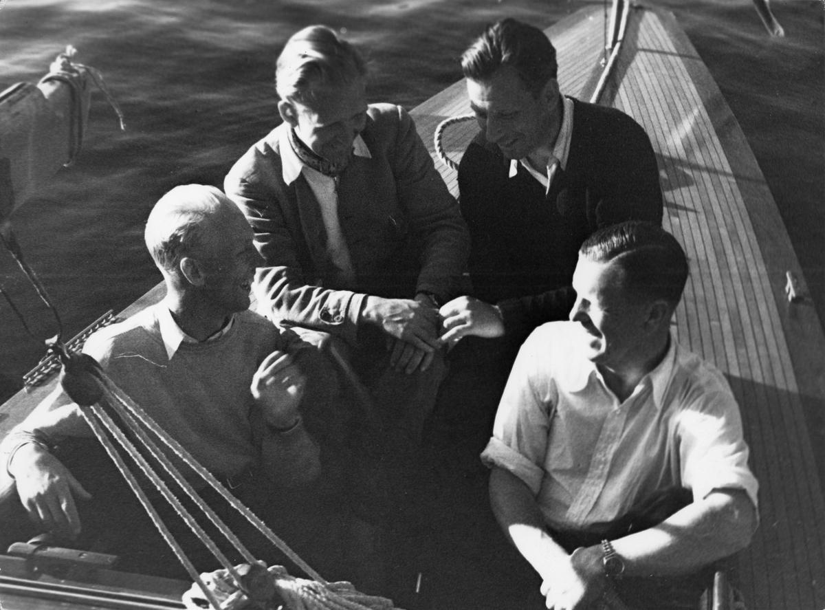 Den segrande besättningen på 30-S177 KORYBANT efter seglingarna om the Marblehead Trophy, Sandhamn 27 juli 1943; fr v t h Ocar Plym, Hans Lindgren, Nils Nilsson och Conny Looft.
