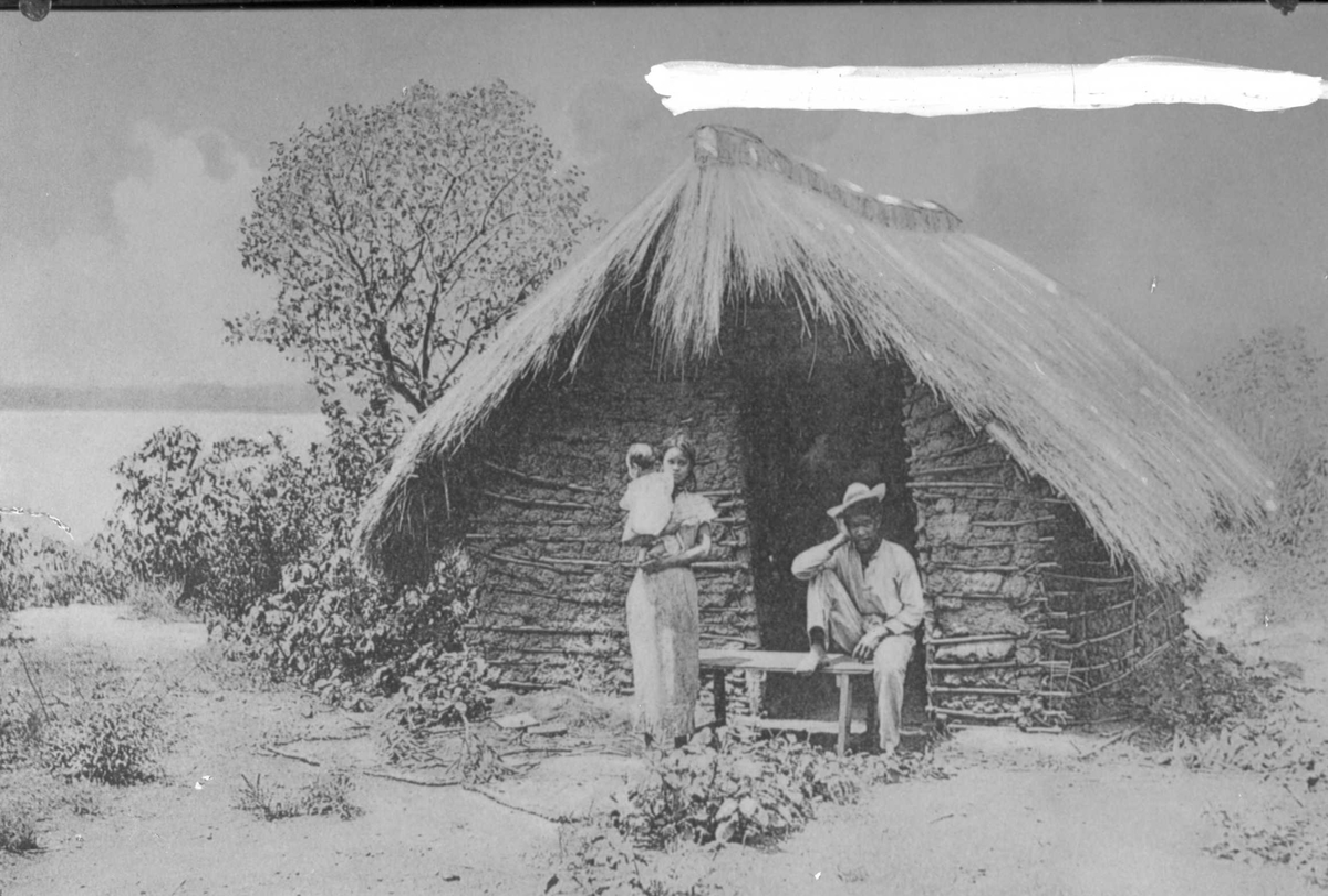 Familie foran sitt hus, Guatemala