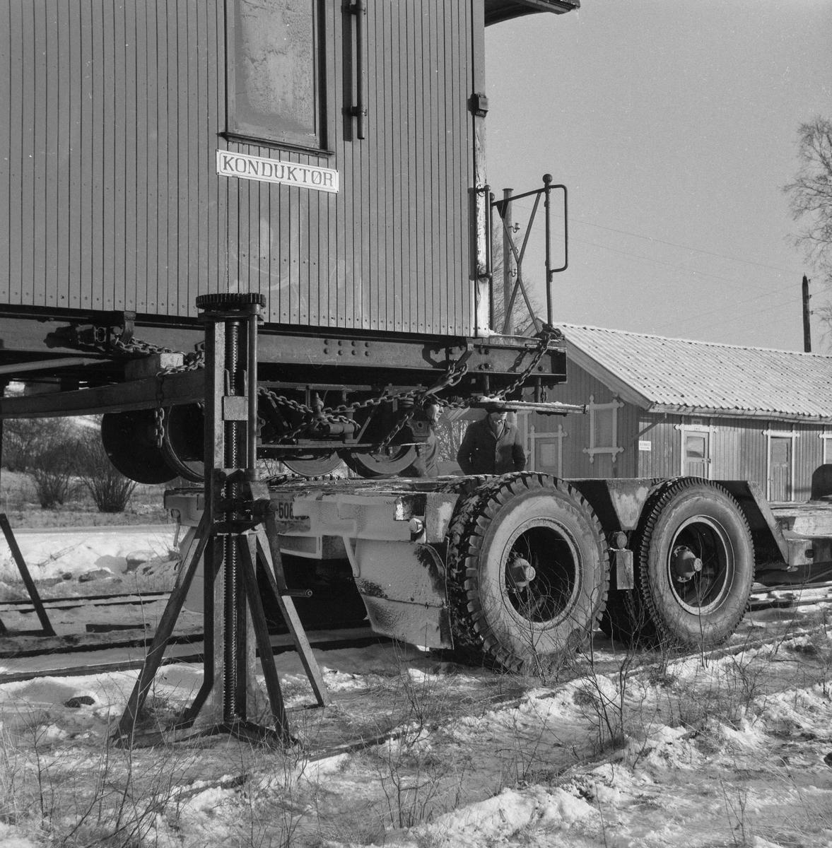 Urskog-Hølandsbanens personvogn CFo 5 klargjøres for transport fra Skulerud til Sørumsand.