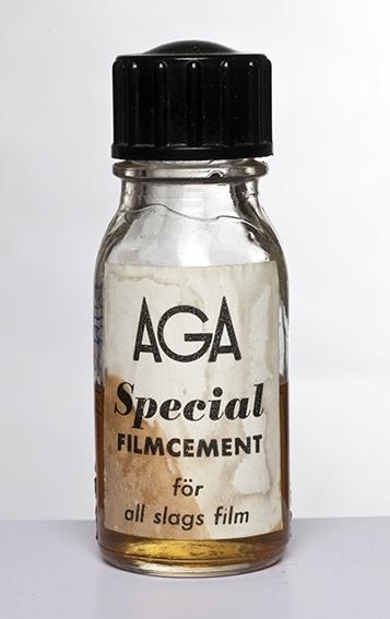 Innskrift: Aga Specialfilmcement för all slags film Stempel: S S 25 C 22 S under bunnen