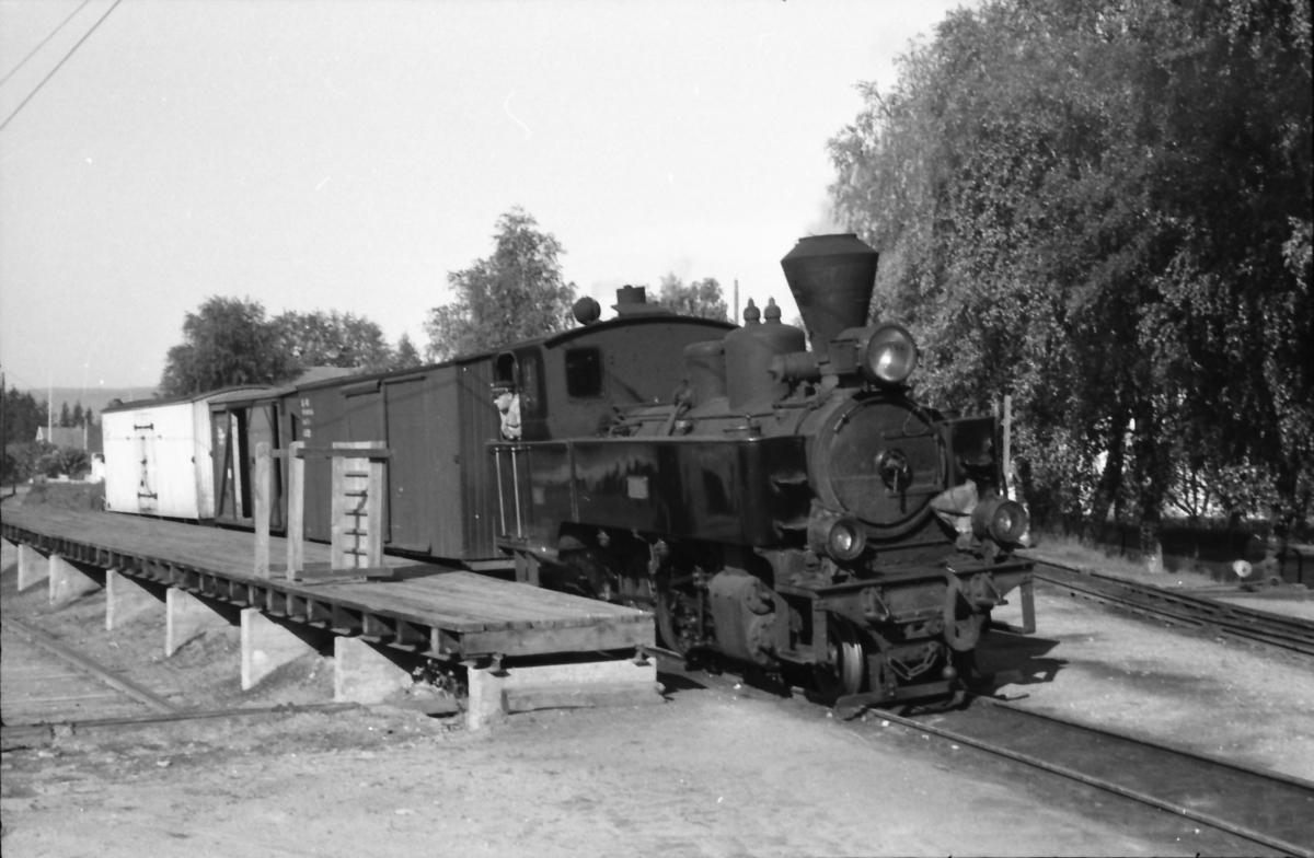 Skifting med damplokomotiv 7 Prydz på rampesporet på Sørumsand stasjon. Kongsvingerbanens spor nærmest til venstre.