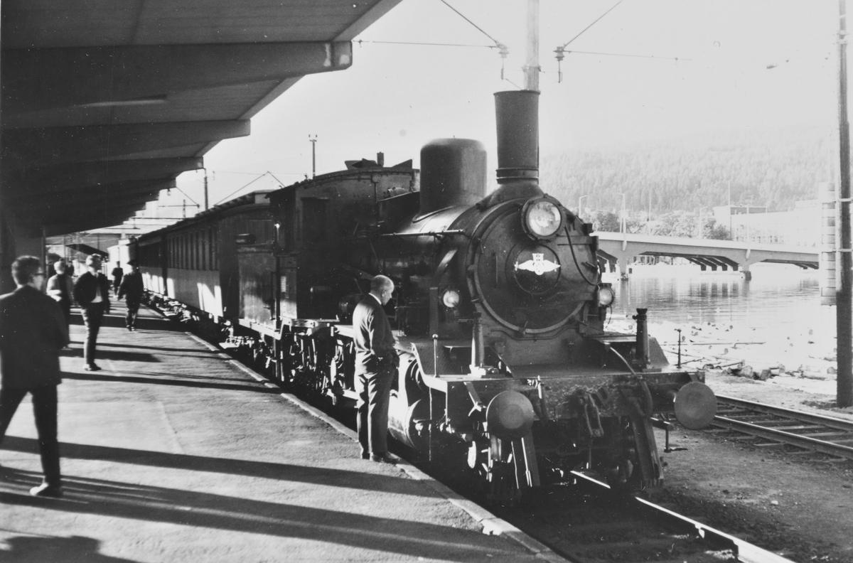 A/L Hølandsbanens veterantog fra Krøderen har ankommet Drammen stasjon. Toget trekkes av damplokomotiv 18c 245.
