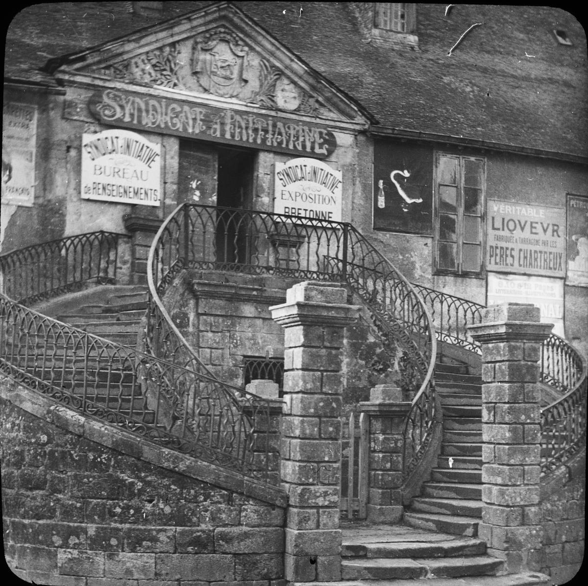 Skioptikonbild med motiv av fackföreningsbyggnad i Vannes, l'ancient mairie vid la Place des Lices. Syndicats d'initiatives, med utställning. Bilden har förvarats i kartong märkt: Resan 1908. Vannes. XXI.