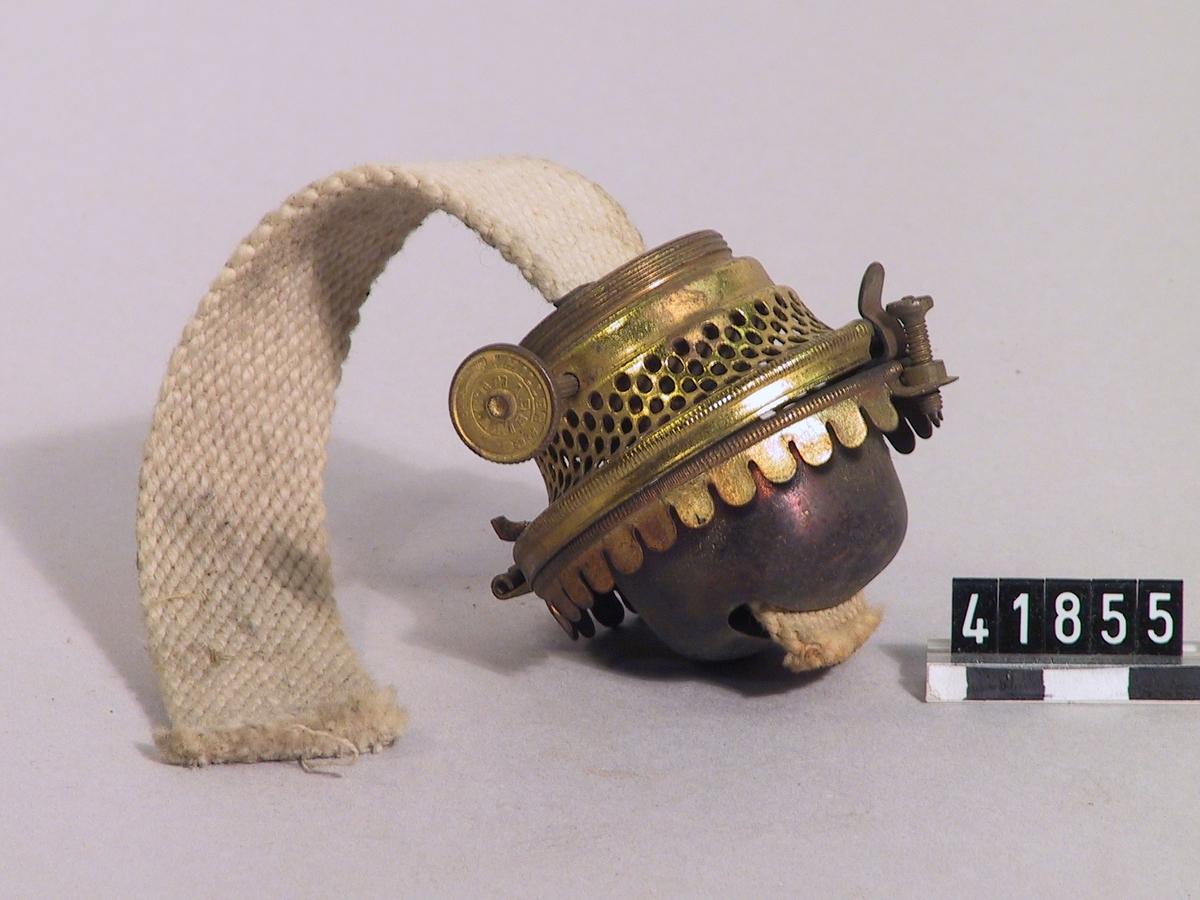 Lampbrännare av mässing med flat veke för fotogenlampa. Märkt: E. Miller. Made in USA.