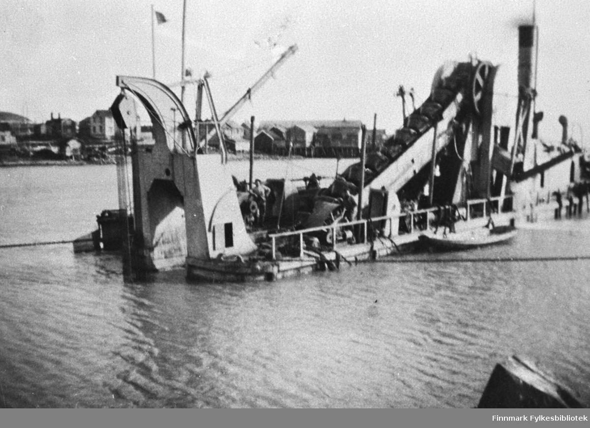 Mudderapparatet Rusken på havna i Kiberg