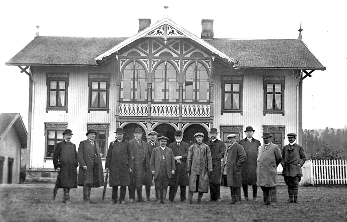 Hovudbygningen på Borgja med gruppe av menn framfor