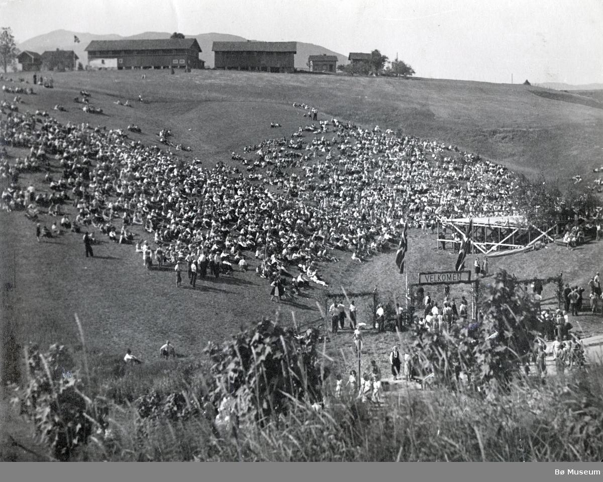 Meneskemengde samla i Haugerudbakkane i Bø i samband med landstevne til Noregs Ungdomslag i 1947.