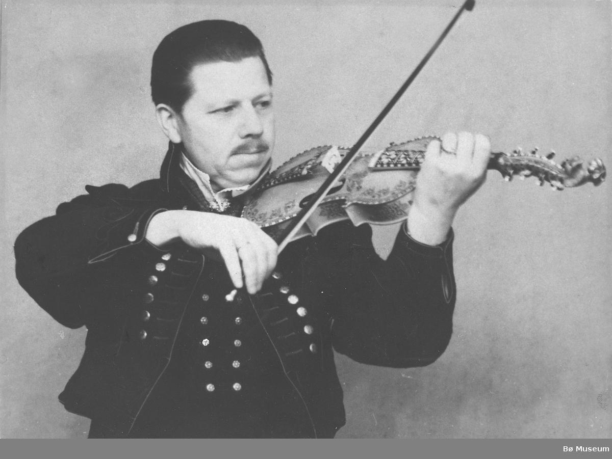 Spelemannen Olav J. Evju fra Nesherad. Foto 1943. Ukjent fotograf