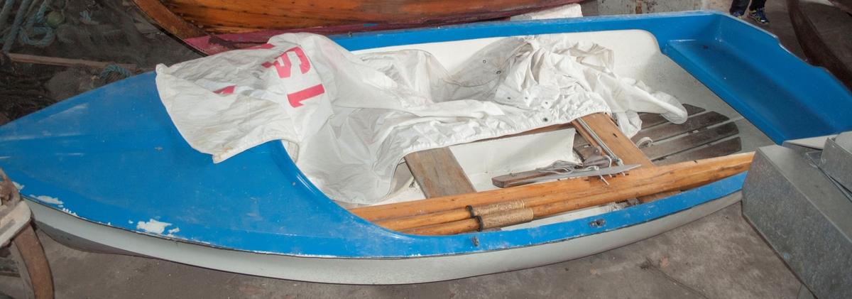 Gresvigjolle av glassfiber. Støpt. Slitasje på malingen i baugen. Hvit og blå.