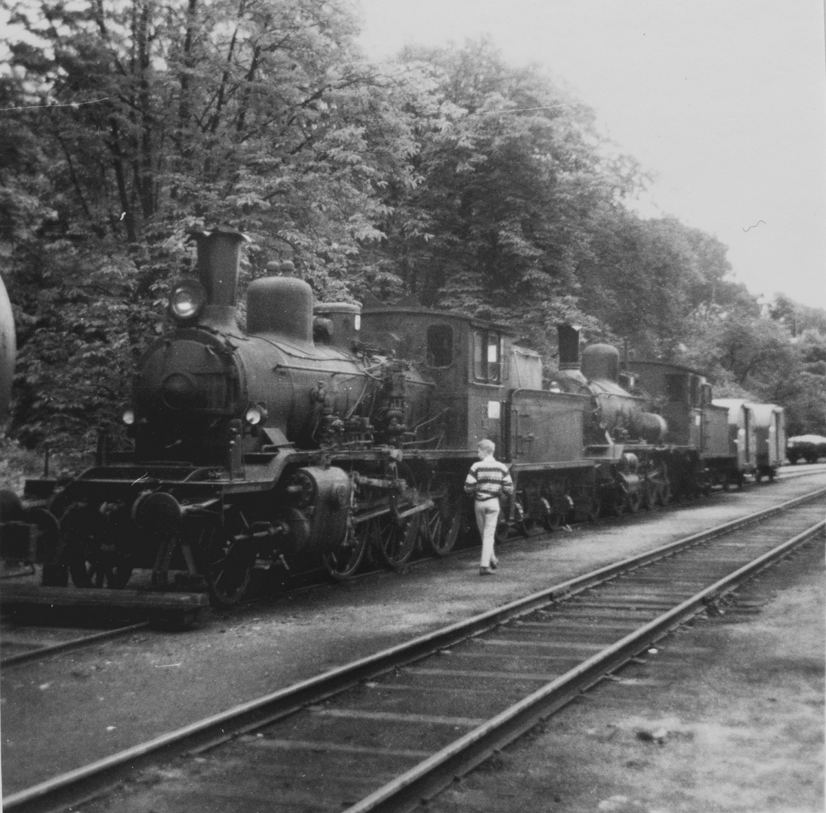 Damplokomotiv type 18c 226 og 21c 375 (nærmest) hensatt på Arendal stasjon. Damplokomotiver ble erstattet av diesellokomotiver i togene mellom Arendal og Treungen.