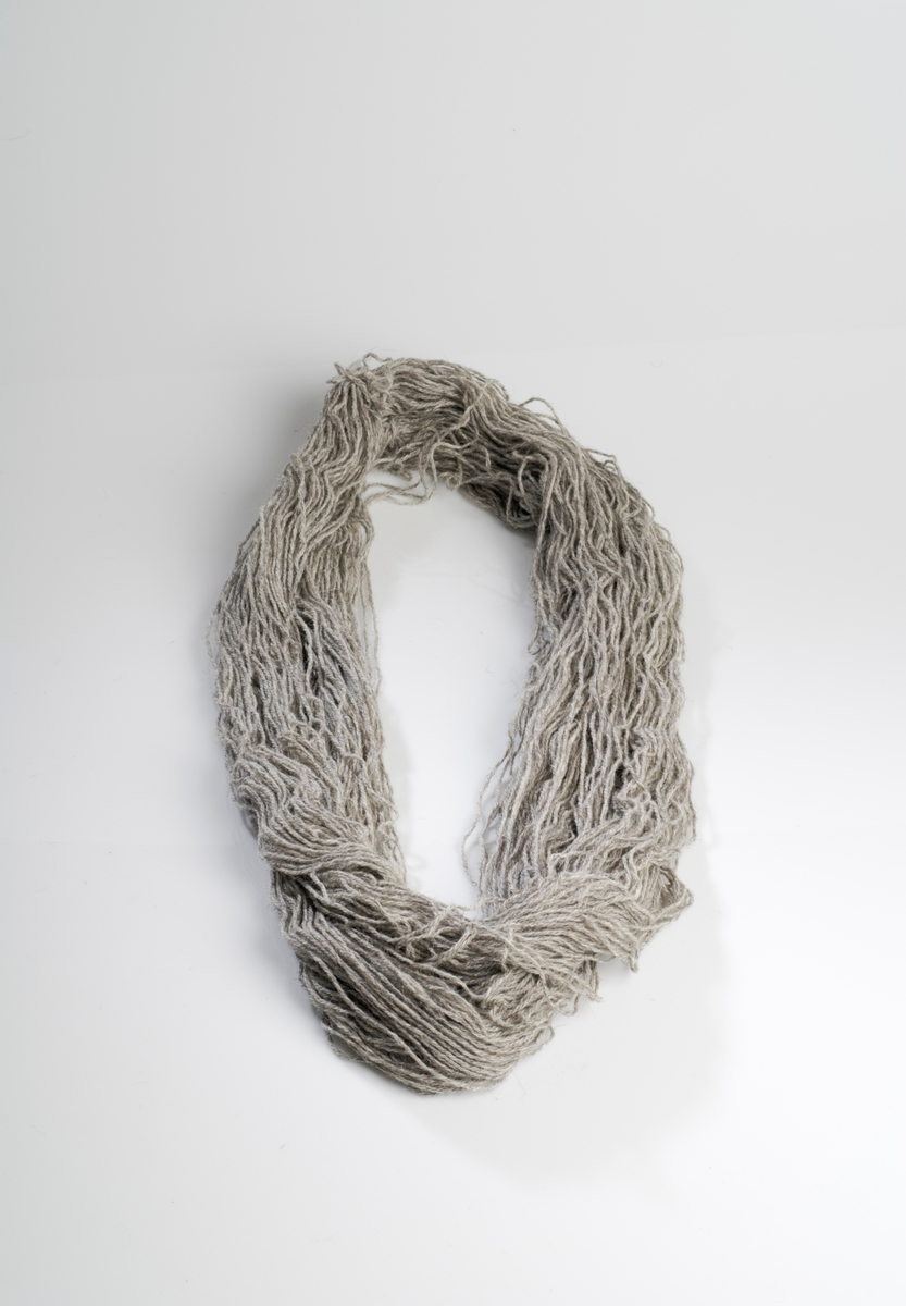 Garnbunt ufarget grå ull