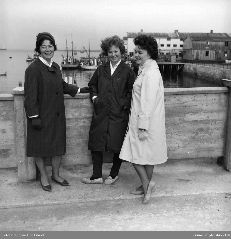 Jenny Drannem, Turid Karikoski og Maija -etternavn ukjent - fotografert i et havneområde. Sted er ukjent.