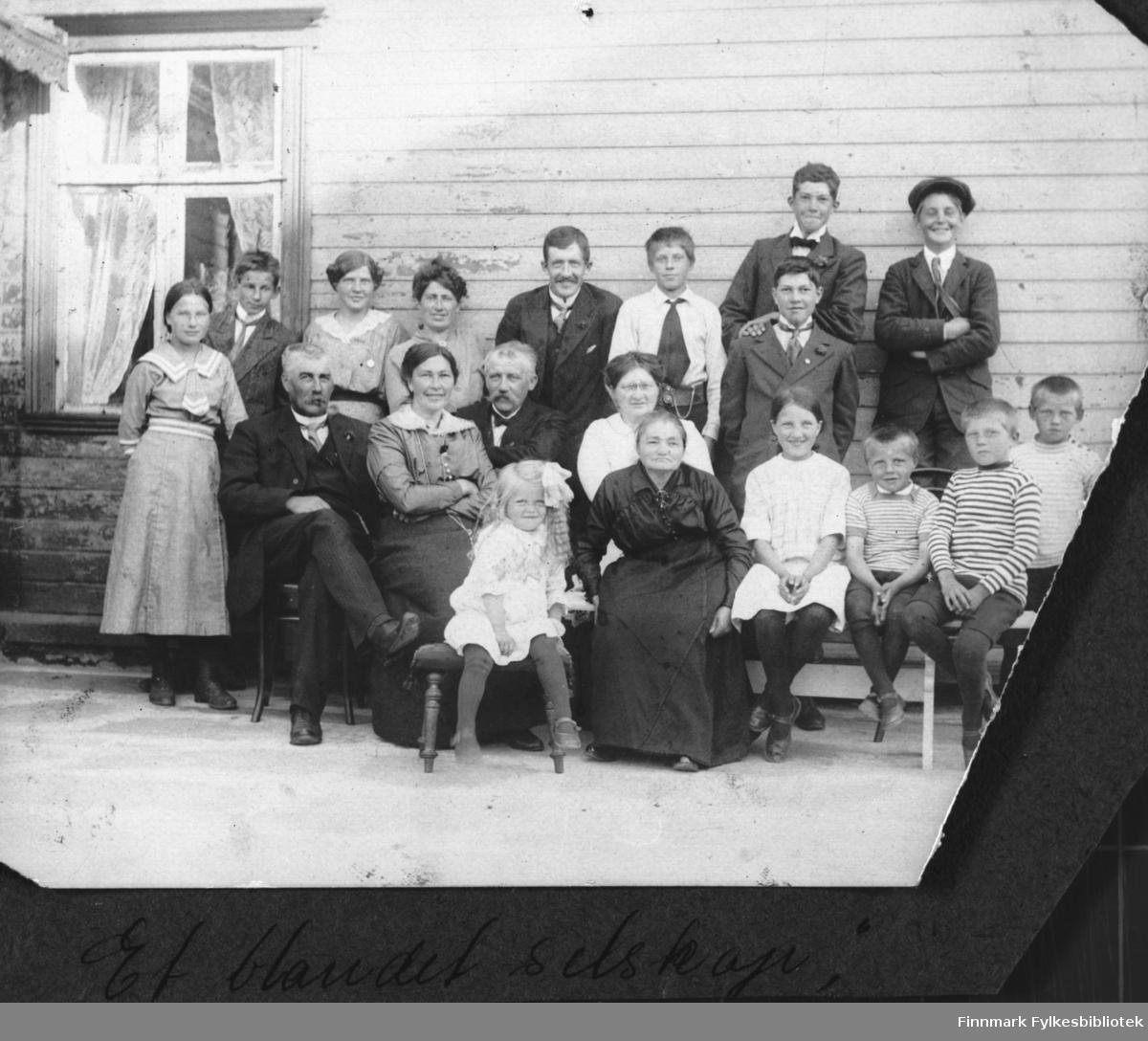 Gruppebilde, dette kan være den tallrike Klykken-familien i Skjøtningberg. Håndskrevet under bildet: 'Et blandet selskap'. B 5731