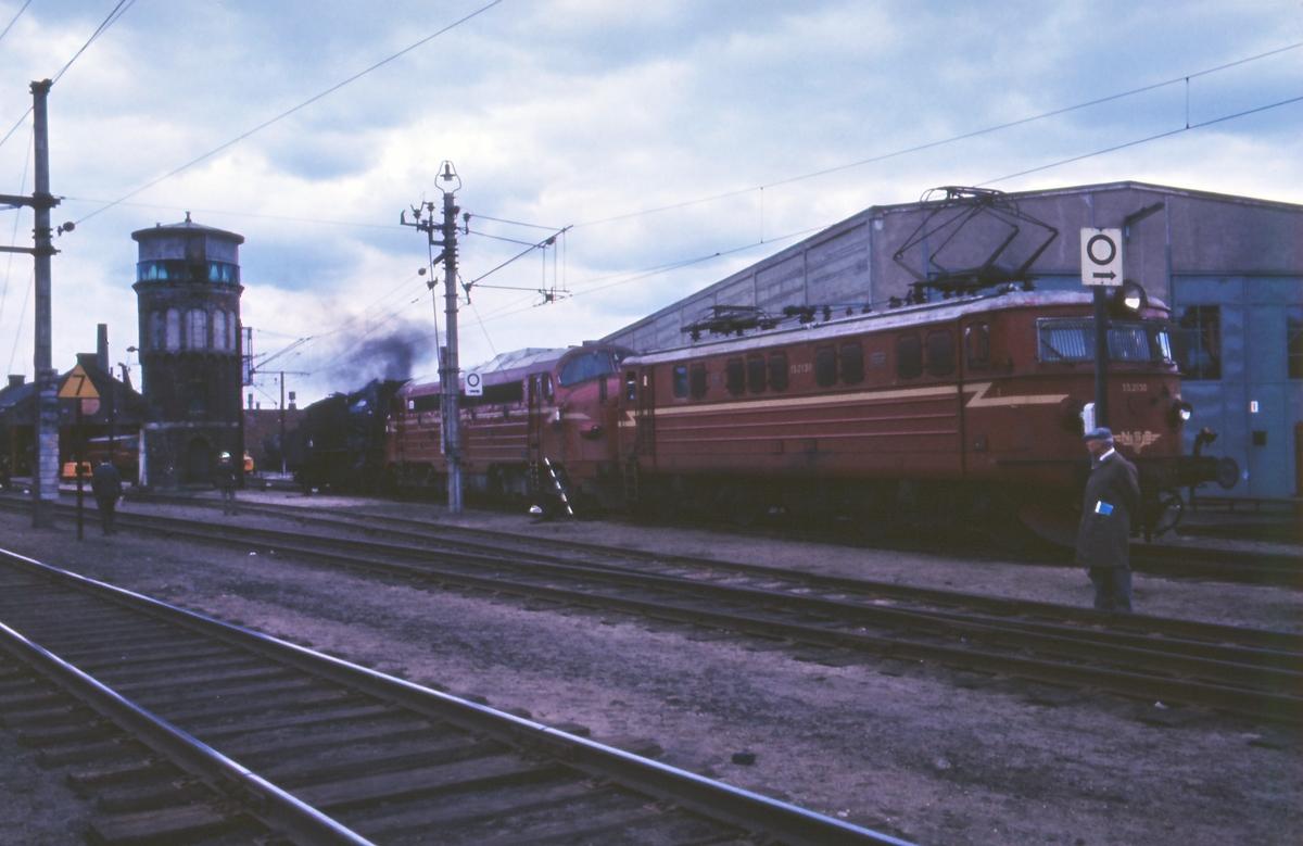 Liten lokomotivparade ved lokstallen på Hamar stasjon, trukket frem for fotografering i forbindelse med SJKs besøk. Nærmest elektrisk lokomotiv El 13, etterfulgt av diesellokomotiv type Di 3 og damplokomotiv type 30a.