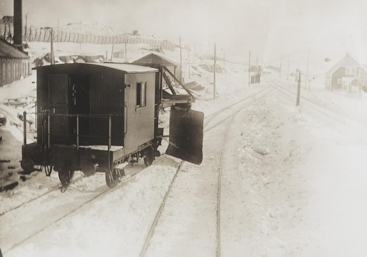 En av Bergensbanens snøskraper, her sett forfra, på Finse stasjon.