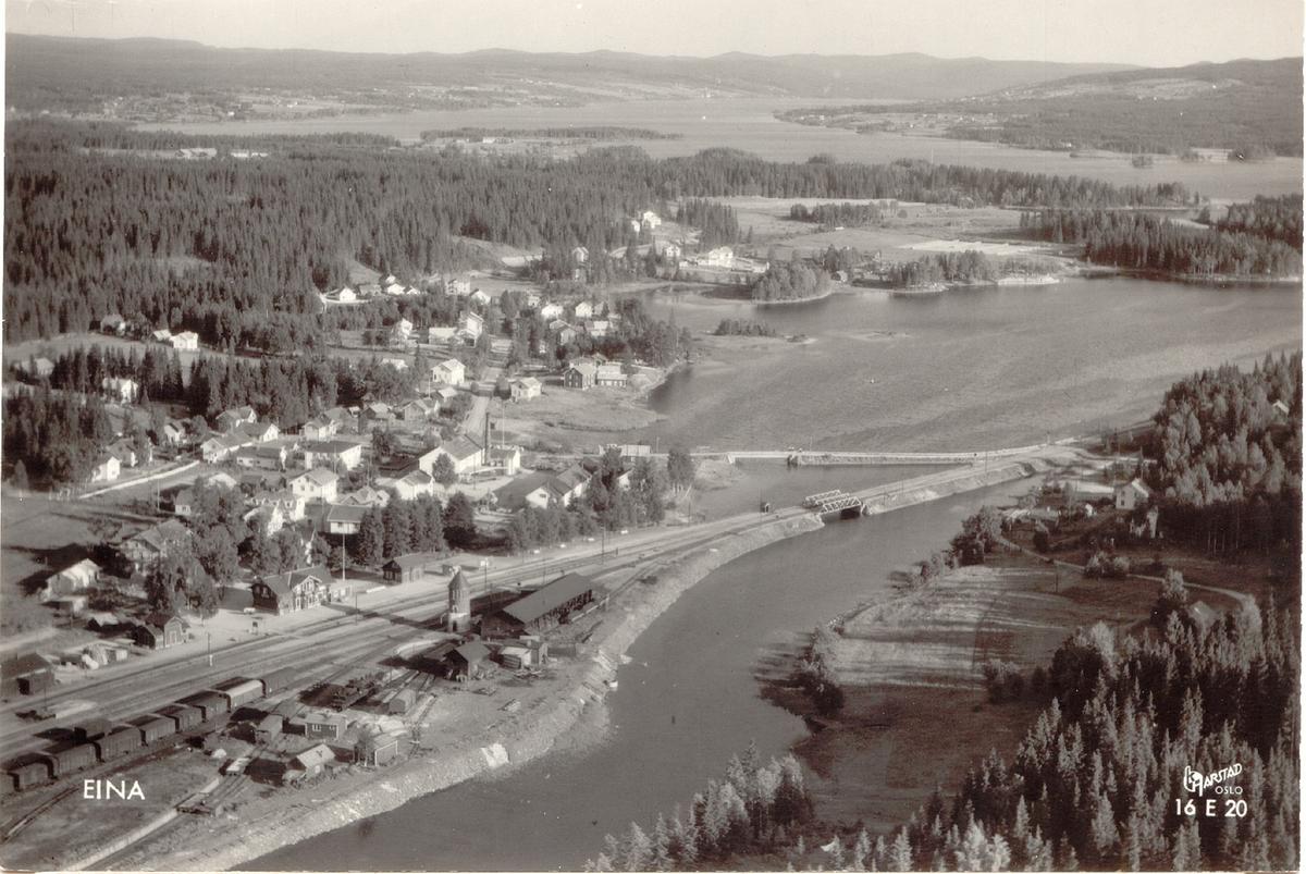Flyfoto fra Eina sentrum. Jernbanestasjonen i forgrunnen.