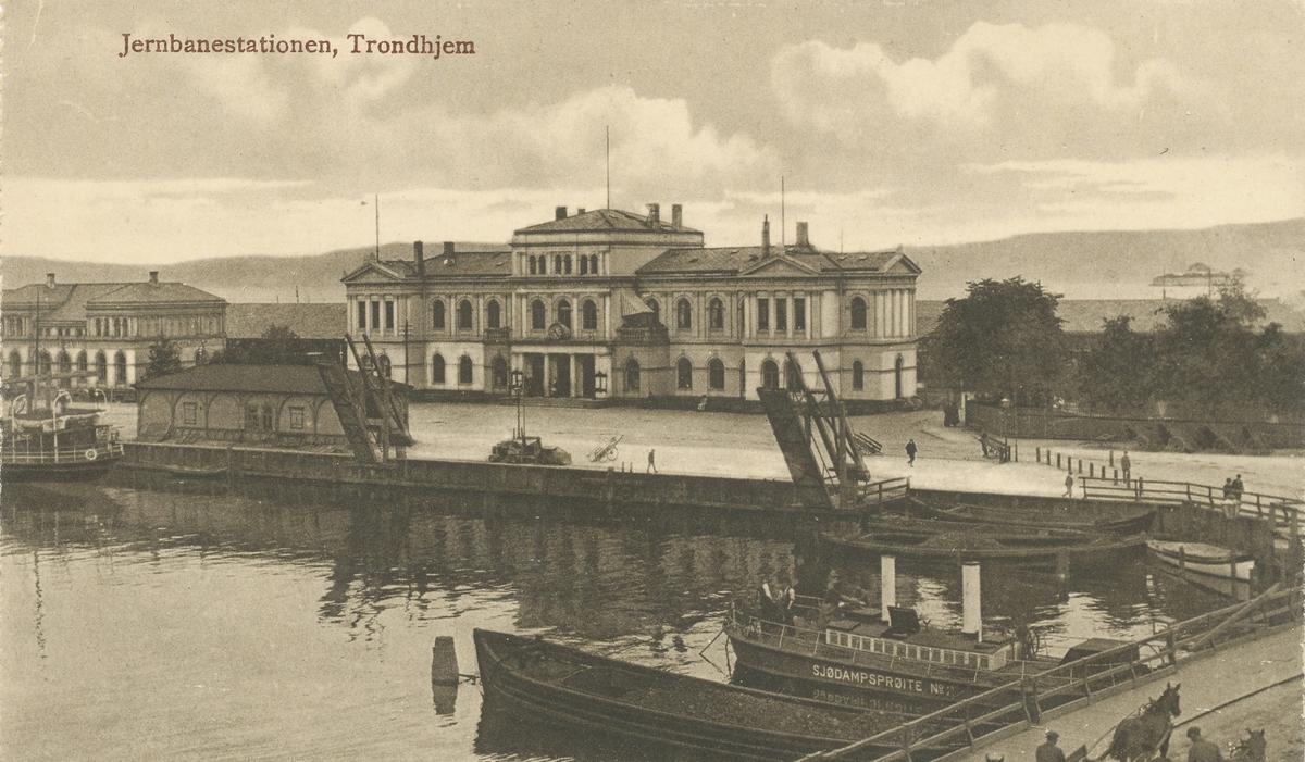 Trondheim stasjon sett fra bysiden. I forgrunnen Sjødampsprøite no. 2.