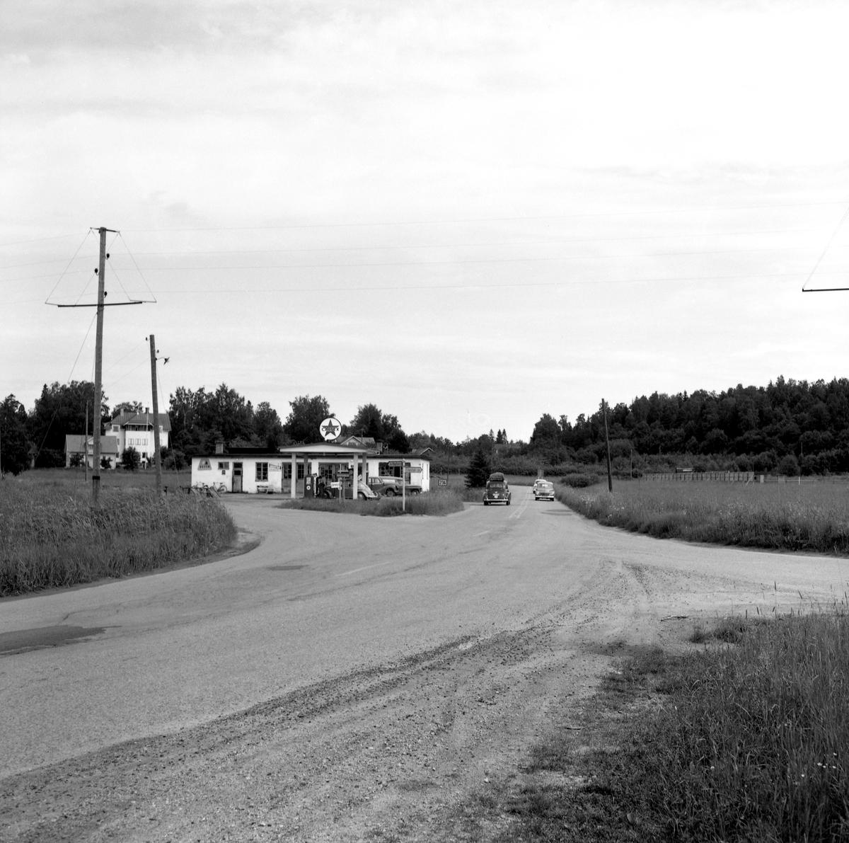 """Någonstans i Värmland - från slutet av 1950-talet. Kommentar från användare: """"Caltex-macken i vägkorset Karlstad-Hagfors-Filipstad i Molkom""""."""