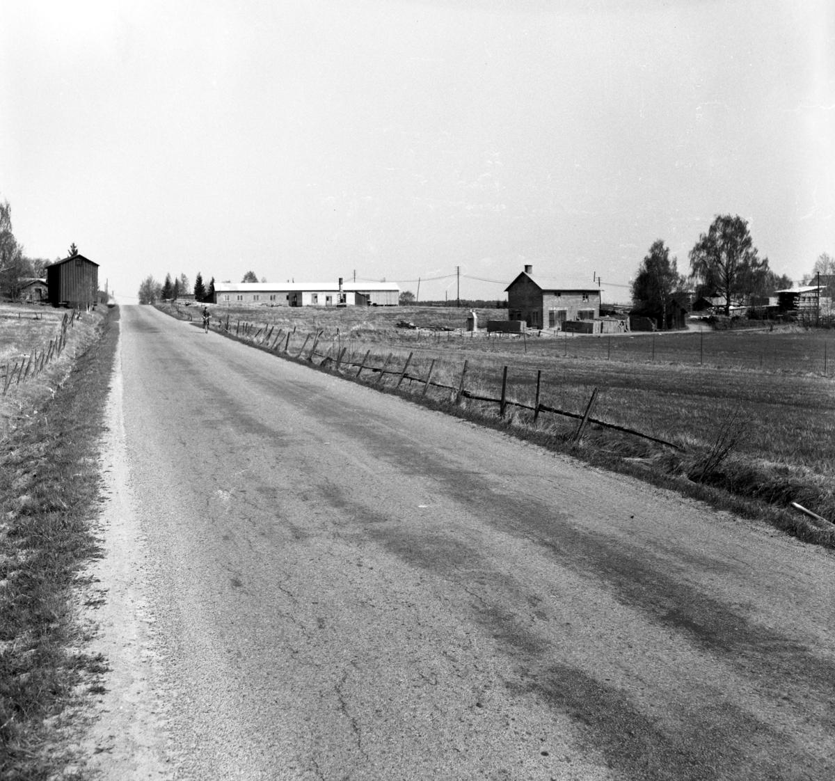 Någonstans i Värmland - från slutet av 1950-talet: Forshaga. Byggnaden i bakgrunden till vänster om vägen är Grosssbolsmagasinet som numera återfinns på hembygdsgårtden Bråtarna.