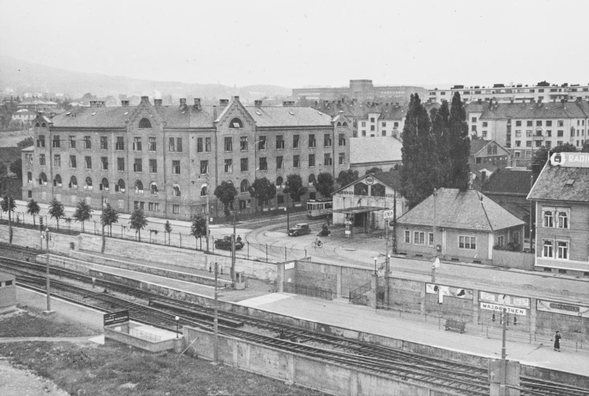 Majorstuen stasjon på Holmenkolbanen. Tyske tanks er  på vei oppover Slemdalsveien.