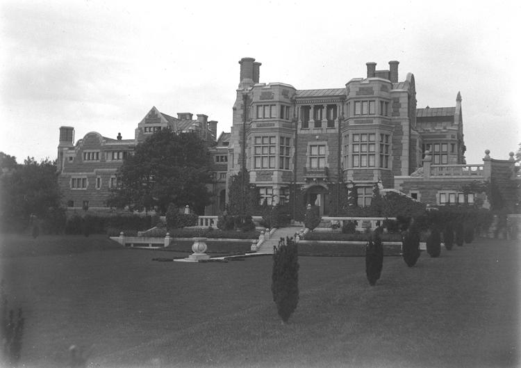 Vy av av det nybyggda Tjolöholms slott, parksidan. Tjolöholms slott byggdes på order av James Frederick Dickson 1897-1904.
