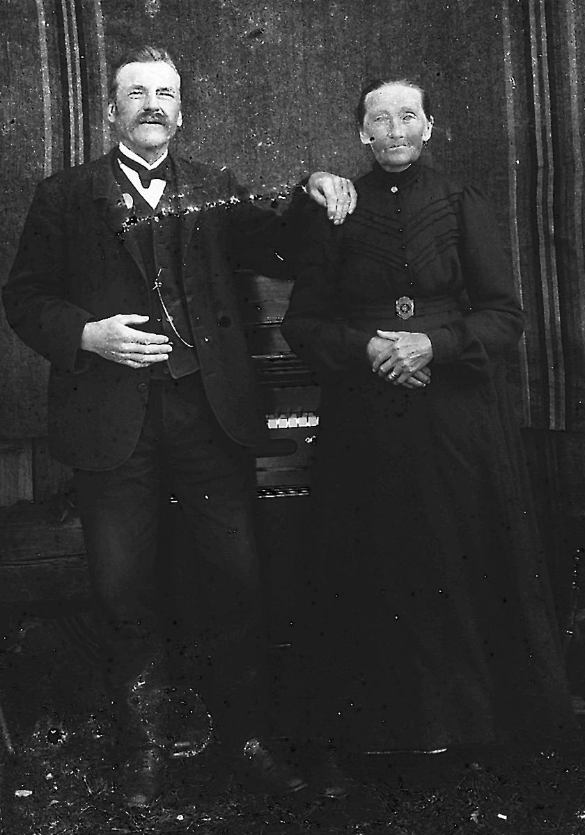 Hertsjö: Mjölnaren och orgelbyggaren Lars Olsson, född 1852 och hustrun Karin Hansdotter, född 1846. Dom kom från Malung 1889.