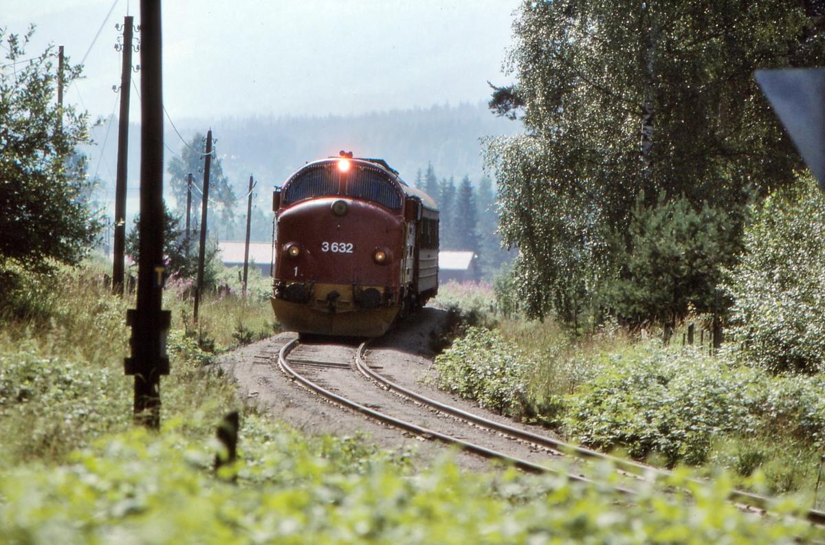 NSB persontog 281 Oslo S - Fagernes på vei mot Dokka. Dieselelektrisk lokomotiv Di 3 632 trekker toget.