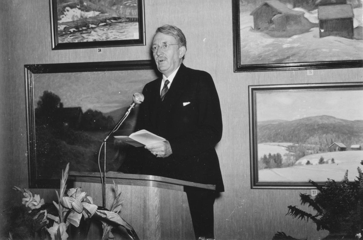 Överintendent Axel Gauffin från Nationalmuseum, håller tal vid invigningen av Gävle Museum 29 september 1940.