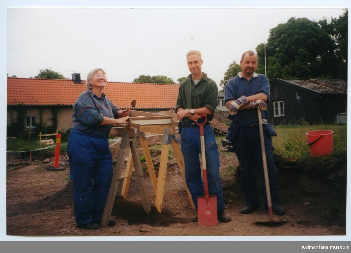 Arkeologisk undersökning.  Från vänster: Hella Schulze, Per Thorén och Lars Svensson.