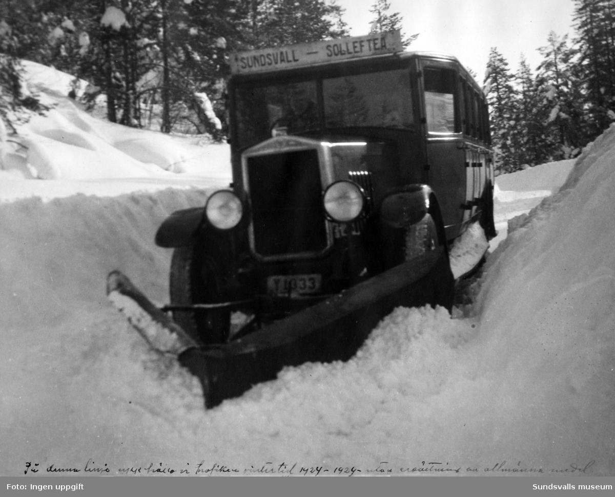 """Buss med snöplog. Text nederst i bilden """"På denna tid underhöll vi trafiken vintertid 1924-1929 utan ersättning av allmänna medel"""". Registreringsnummer Y1033 (osäkra nummer). Linjen Sundsvall-Sollefteå."""