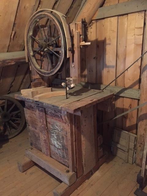 Teknikk: Saget, høvlet, smidd. Ramme av kraftige bjelker med firkantet tverrsnitt. Festet til hverandre med krafige, gjennomgående bolter. Form: Galge med et hjul opp og et nede. Rundt nedre hjul er bygget en kasse. Horisontal arbeidsflate, ytre del er uttrekkbar. Reimskive.