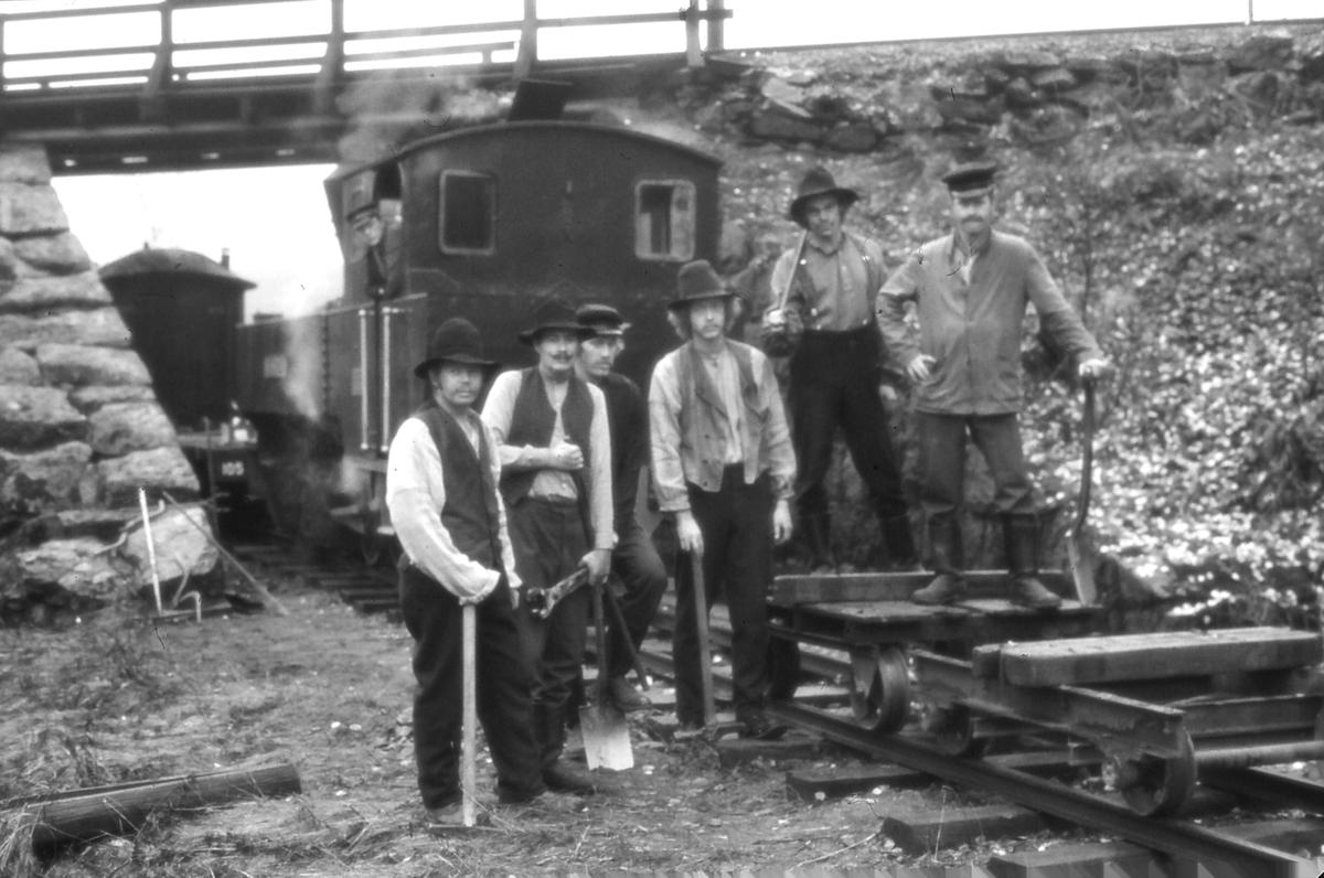 Filminnspilling på Urskog-Hølandsbanen 1976.   På lokomotivet Gaute Narverud. Rallare, bl.a.: Hans Petter Grøner, Håvard Pedersen, Steinar Norli, Stein Olav Hohle, Knut Thorvaldsen.