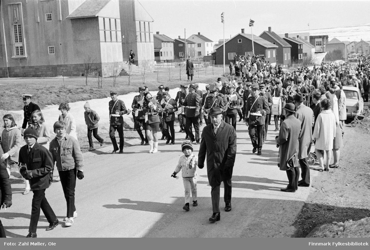 Vadsø 17.5.1969. 17.mai toget passerer kirken.  Fotoserie av Vadsø-fotografen Ole Zahl-Mölö.
