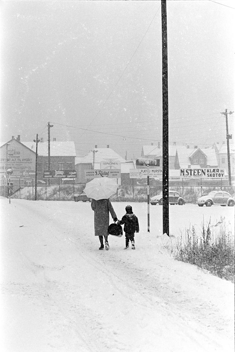 Snøvær,vinter,paraply, Vangsvegen, Hamar.