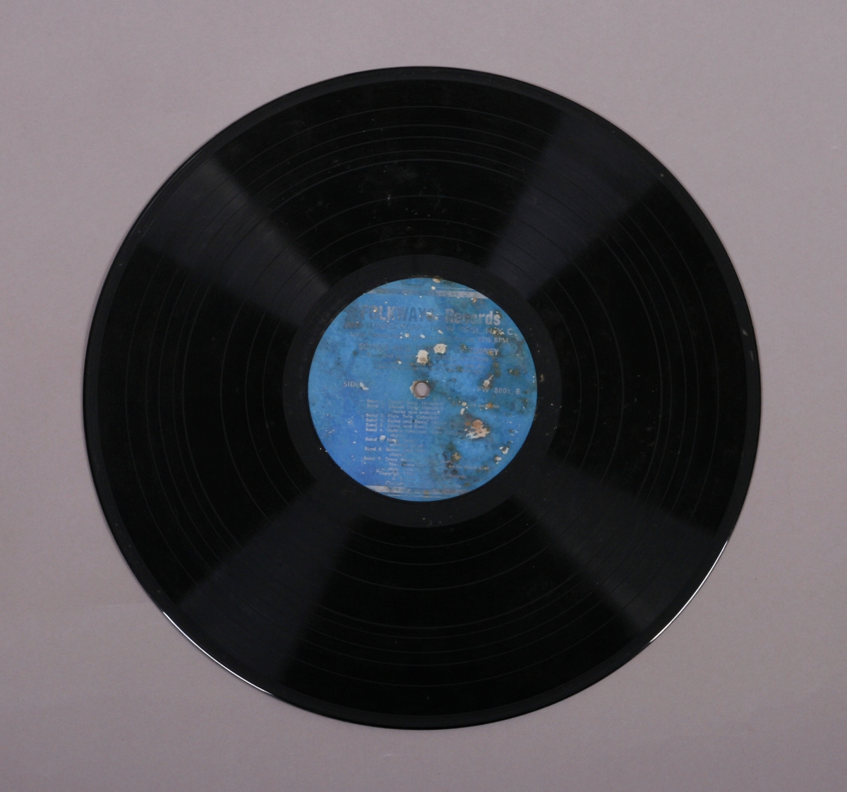 "Grammofonplate i svart vinyl. Plata ligger i en uoriginal papirlomme med plastfôr merket ""Angel Revords""."