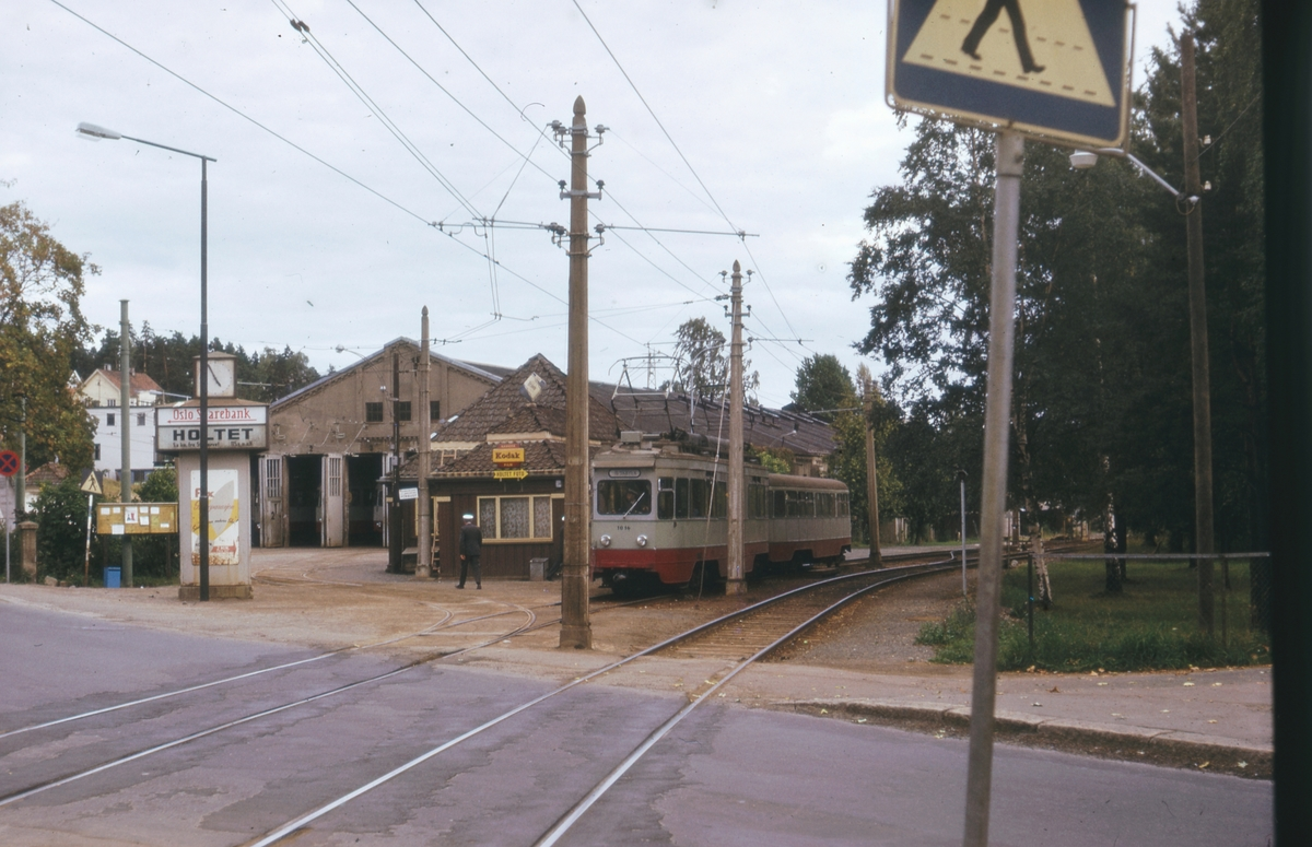 Ekebergbanens sporvogn 1016 med tilhenger ved Holtet stasjon. I bakgrunnen Ekebergbanens verksted.