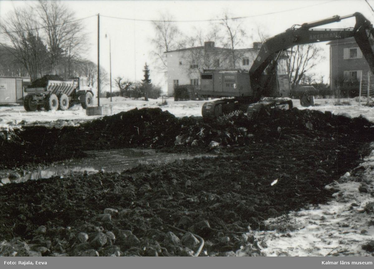 Schaktning i kvarteret Liljan för aerkeologisk utgrävning från väster.