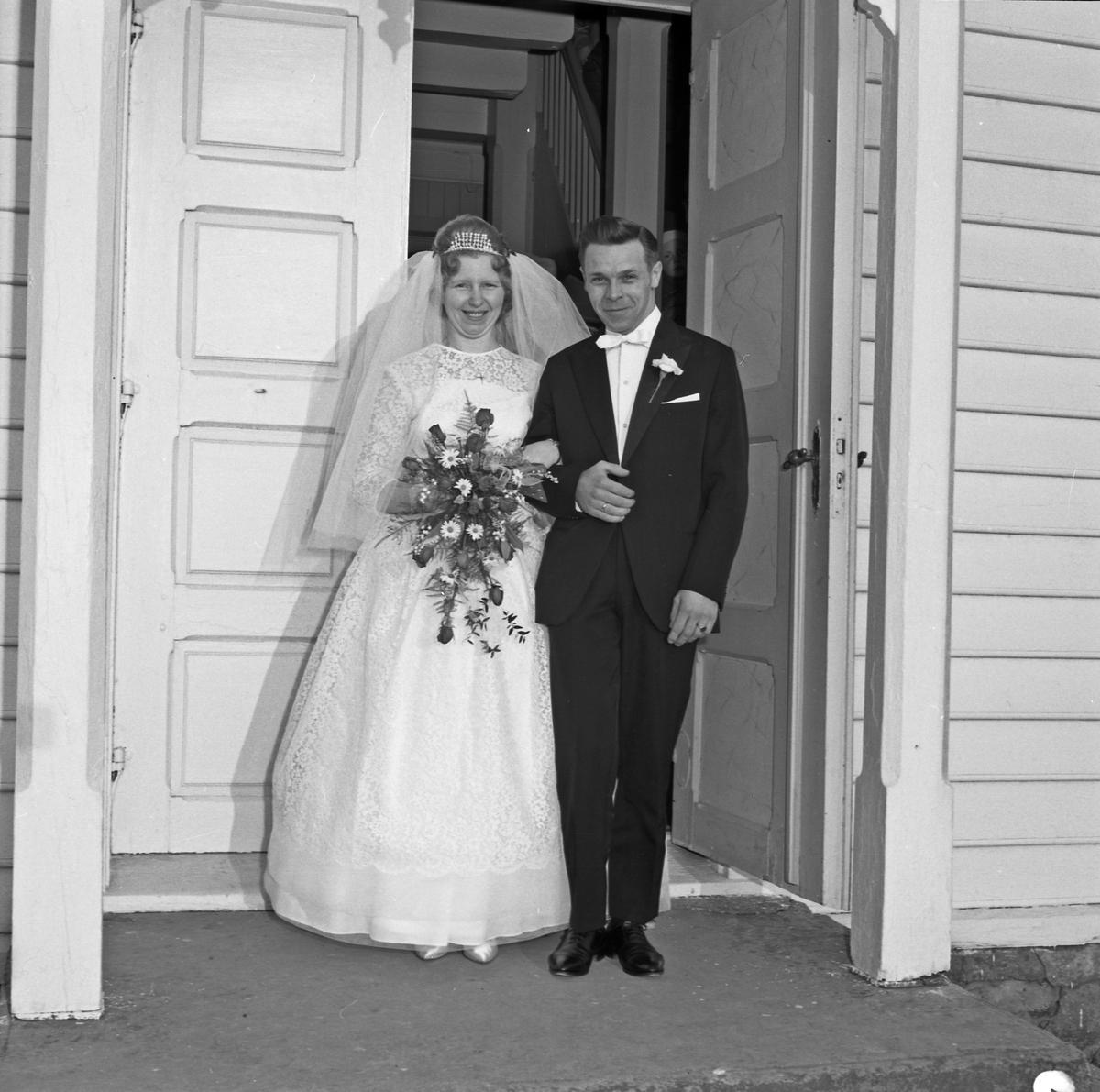 Bryllup. Interiør i kirken, på trappen og familiebilde - bestiller Einar Johannesen