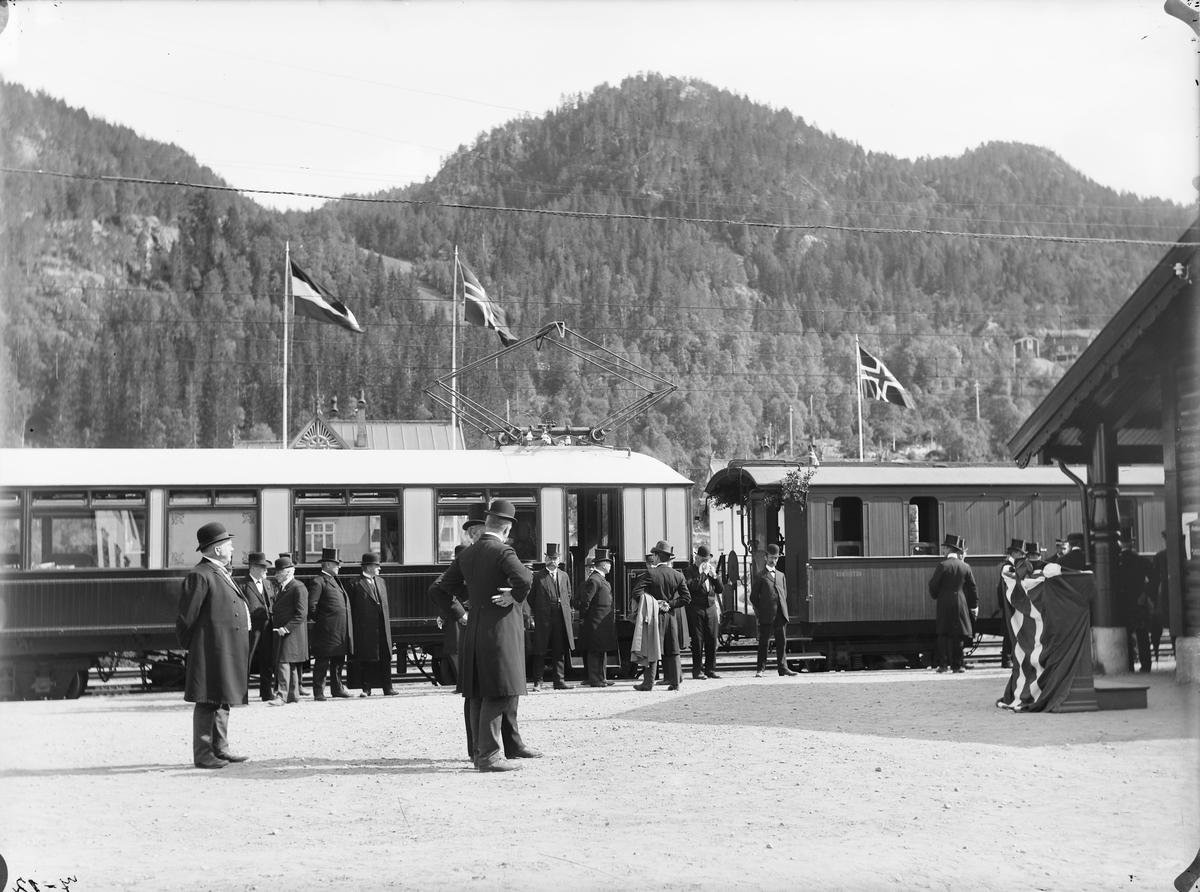 Åpningen av Løkkenbanen. Festdeltagere samlet foran toget.
