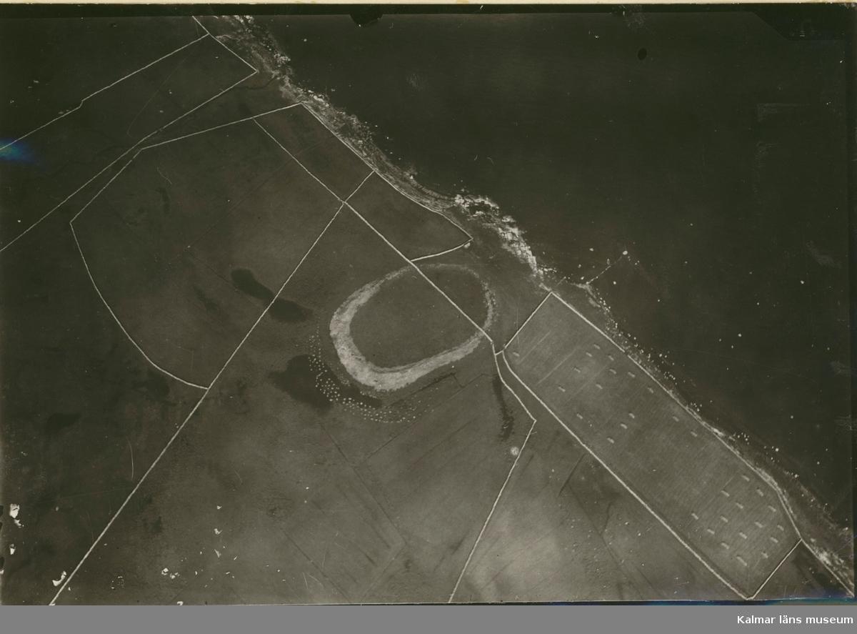 Sandby borg. Flygfoto, höjd cirka 500 meter. Sandby borg är den enda av Ölands fornborgar som ligger vid havet och dessutom har kraftigare mur mot land än mot sjön. Det har spekulerats i att den skulle ha använts av anfallare från öst som brohuvud.
