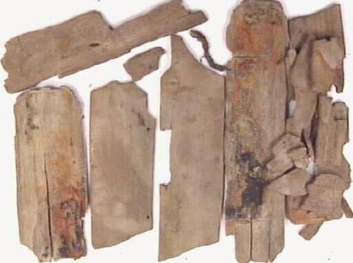 Botten, lock samt svepdelar till en svepask. Möjligen rör det sig om två bottnar, till två olika svepaskar. På den mindre botten- eller lockplattan är ett bomärke i form av ett kors inristat.