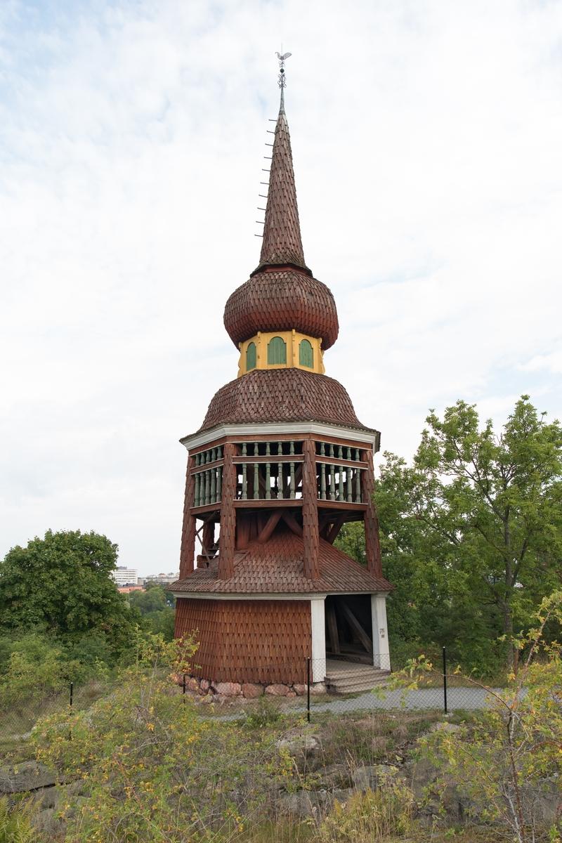Håsjöstapeln på Skansen är en kopia av en klockstapel som uppfördes 1779 vid Håsjö gamla kyrka i Jämtland.  Klockstapeln är av lanterninhuvstyp, fast med åttkantig plan och lökkupol, och placerad på en ålderdomligt utformad stolpkonstruktion. Håsjöstapeln är klädd med spån som avfärgats med rödtjära.   Skansens Håsjöstapel uppfördes 1892.