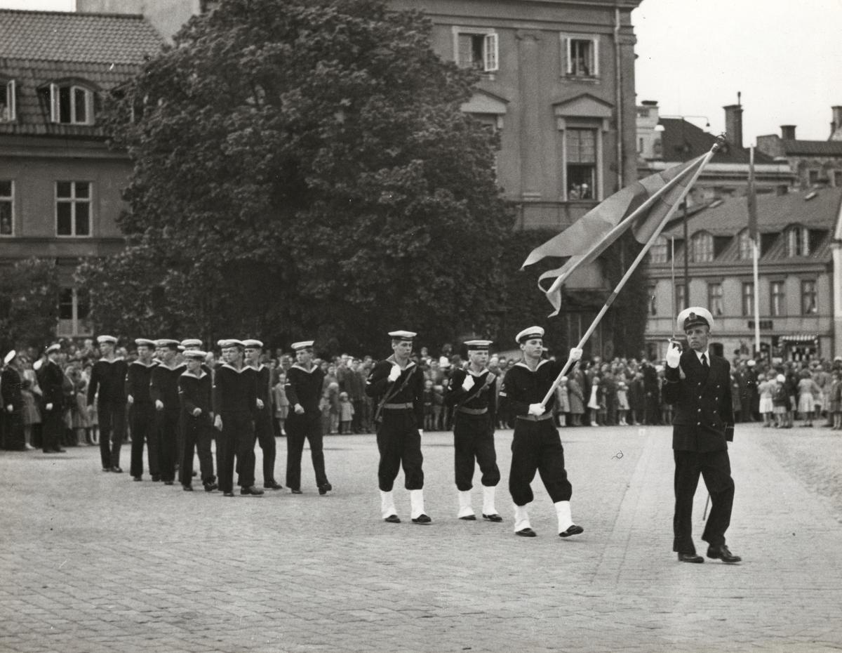 Militärer march på torget.